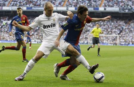 File photo of Barcelona's Lionel Messi (R) as he is challenged by Real Madrid's Arjen Robben during their Spanish First Division soccer match at Santiago Bernabeu stadium in Madrid May 2, 2009.  REUTERS/Sergio Perez  (SPAIN SPORT SOCCER)
