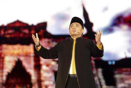 ''Young Imam'' contestant Asyraf sings during the Malaysian reality TV competition to find the country's best young Imam during its live telecast in Kuala Lumpur July 30, 2010. REUTERS/Bazuki Muhammad