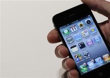 <p>Apple est devenu au premier trimestre 2011 le premier fabricant mondial de téléphones mobiles par le chiffre d'affaires, supplantant Nokia pour la première fois, selon le cabinet d'études Strategy Analytics. /Photo d'archives/REUTERS/Brendan McDermid</p>