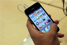 """<p>Apple va devoir faire la lumière sur """"toute une série de questions"""" concernant la collecte de données personnelles dans ses produits phares que sont l'iPhone et l'iPad mais également dans d'autres types de produits. Il est reproché à la firme de Cupertino le fonctionnement de son système d'exploitation iOS4 qui enregistrerait secrètement les données de localisation des clients dans un dossier invisible. /Photo d'archives/REUTERS/Eric Thayer</p>"""