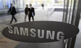 <p>Samsung Electronics a déposé plusieurs plaintes contre Apple qu'il accuse de plagiat dans la conception de l'iPhone et de l'iPad, rendant ainsi coup pour coup après une procédure similaire engagée à son encontre par la firme à la pomme la semaine dernière. /Photo d'archives/REUTERS/Choi Bu-Seok</p>