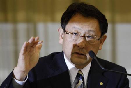 4月22日、トヨタの豊田章男社長は、会見で国内外での生産が正常化する見通しについて「おおむね11月から12月頃になる」と語った。都内で撮影(2011年 ロイター/Issei Kato)