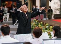 <p>Norio Ohga conduce a la agrupación de bronces de Sony en la intepretación de 'Tannheuser', el 23 de abril de 1998, cuando era presidente del directorio de la empresa. Ohga falleció el sábado en Tokio. REUTERS</p>