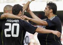 <p>Kaka (D), do Real Madrid, comemora com seus colegas Gonzalo Higuaín e Karim Benzema após marcar gol contra o Valencia durante a partida do Campeonato Espanhol, no sábado. O armador brasileiro marcou dois gols e fez a jogada de outros dois, enquanto Higuaín também armou outros dois e balançou a rede três vezes. O placar foi 6x3 para o Real Madrid. 23/04/2011 REUTERS/Heino Kalis</p>