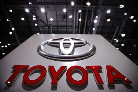 4月25日、トヨタ自動車の2011年世界生産台数が震災による影響で、首位の座から転落し、3位に後退する可能性が出てきた。写真は昨年3月ジュネーブの自動車ショーで撮影(2011年 ロイター/Valentin Flauraud)