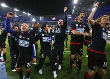 <p>Jogadores do Hertha Berlin comemoram depois de garantir uma vaga na primeira divisão do futebol alemão ao derrotar o Duisburg por 1 x 0, em Duisburg. 25/04/2011 REUTERS/Wolfgang Rattay</p>