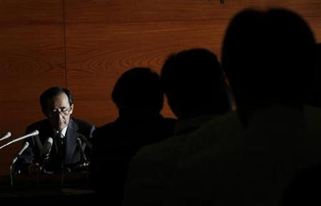 Bank of Japan Governor Masaaki Shirakawa reads a statement at a news conference in Tokyo, April 28, 2011. REUTERS/Kim Kyung-Hoon