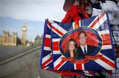 <p>Imagem do príncipe William com Kate Middleton em souvenir em Londres. A Grã-Bretanha retirou o convite para o casamento real feito à Síria, com o apoio do Palácio de Buckingham, após a violenta repressão contra manifestações pró-democracia, disse um porta-voz do Gabinete de Relações Exteriores nesta quinta-feira. 27/04/2011 REUTERS/Marcelo del Pozo</p>