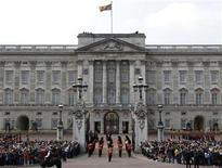 <p>Un grupo de turistas observa el cambio de guardia en el palacio Buckingham de Londres, abr 28 2011. Cientos de personas acamparon el jueves en Londres mientras dignatarios extranjeros volaban hacia la capital británica en vísperas de la boda del príncipe Guillermo y Kate Middleton, un evento lleno de pompa y ceremonia que puso a la monarquía británica en el centro de la atención internacional. REUTERS/Darren Staples</p>