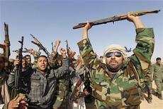 """<p>Солдаты армии Муаммара Каддафи в лагере под Триполи, 27 апреля 2011 года. Посол США на закрытом совещании Совбеза ООН обвинила армию ливийского лидера Муаммара Каддафи в поощрении насилия над мирными жителями и заявила, что солдатам выдают """"Виагру"""" для улучшения потенции, сообщили дипломаты. REUTERS/Louafi Larbi</p>"""