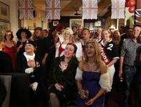 <p>Pessoas fantasiadas assistem ao casamento do príncipe britânico William com Kate Middleton no hotel Lord Dudley, em Sydney, na Austrália. 29/04/2011 REUTERS/Tim Wimborne</p>