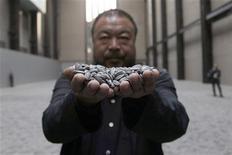 """<p>Foto de archivo del artista chino Ai Weiwei con su instalación """"Sunflower Seeds"""", en el salón Turbine de la galería de arte moderno Tate de Londres, oct 11 2010. El caso del artista chino detenido Ai Weiwei no tiene nada que ver con la libertad de expresión y el mundo del arte en China está floreciendo, dijo la embajada del país en Londres en una carta difundida por un periódico estatal el viernes. REUTERS/Stefan Wermuth</p>"""