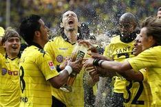 <p>Jogadores do Borussia Dortmund comemoram vitória no Camponato Alemão após partida com o Nuremberg em Dortmund, Alemanha. 30/04/2011 REUTERS/Ina Fassbender</p>