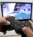 <p>Sony compte rétablir cette semaine l'accès à certains services de son portail Play Station Network (PSN), victime d'un des plus importants vols de données jamais organisé sur internet. /Photo prise le 27 avril 2011/REUTERS/Thomas Peter</p>