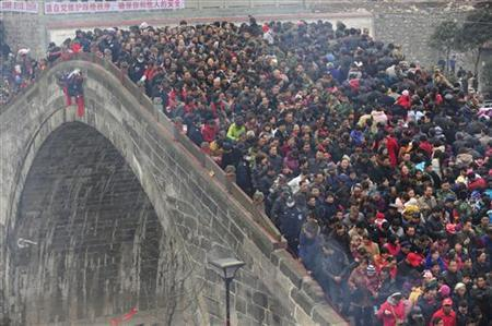 People cross Tai Ping Bridge as they participate in the ''bridge-treading'' event in Jushui town of Mianyang, Sichuan province, China, March 24, 2011. REUTERS/Stringer