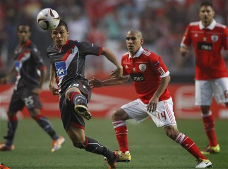 Benfica's Maxi Pereira (R) fights for the ball with Braga's Jose Lima during the first leg of their Europa League semi-final match at Luz stadium in Lisbon April 28, 2011. REUTERS/Rafael Marchante