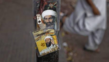 5月3日、オバマ米大統領はビンラディン容疑者を殺害したと発表したが、内容に不審な点があるとして、発表直後から「陰謀説」も続々と浮上している。写真はパキスタンのカラチで店頭に飾られたビンラディン容疑者の写真(2011年 ロイター/Athar Hussain)