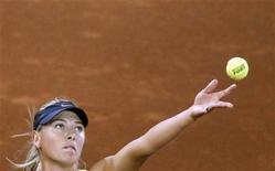 <p>Мария Шарапова на турнире в Мадриде, 4 мая 2011 года. Россиянки Мария Шарапова и Динара Сафина неудачно провели свои поединки на турнире Madrid Open в среду и завершили борьбу в столице Испании. REUTERS/Juan Medina</p>