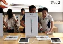 <p>Customers look at various iPad 2 products during the China launch at an Apple Store in central Beijing May 6, 2011. REUTERS/David Gray</p>
