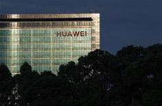<p>L'équipementier télécoms Huawei Technologies tente de sortir de l'ombre, avec une entrée remarquée sur le marché de l'électronique grand public, présentant smartphones et tablettes dans des centres commerciaux pékinois en vue, voire lors d'un défilé à Milan. /Photo d'archives/REUTERS/Bobby Yip</p>