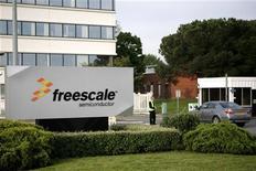 <p>Freescale Semiconductor espère lever environ un milliard de dollars (695 millions d'euros) de son retour en Bourse, cinq ans après un rachat d'actions record qui l'avait lourdement endetté, et alors que l'intérêt des investisseurs grandit pour le secteur des semi-conducteurs. /Photo d'archives/REUTERS/Jean-Philippe Arles</p>