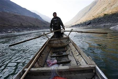 A fisherman sails his boat at the Nu River, also known as the Salween River, near Wa La Ya Kan, Nujiang, southwest China's Yunnan province in this March 1, 2007 file photo. REUTERS/Nir Elias