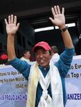 """<p>Apa Sherpa, un Népalais de 51 ans surnommé le """"super sherpa"""" a atteint mercredi pour la 21e fois le sommet de l'Everest, améliorant son propre record du nombre d'ascensions jusqu'au plus haut sommet du globe. /Photo d'archives/REUTERS/Gopal Chitrakar</p>"""