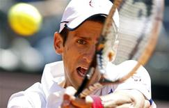 <p>O sérvio Novak Djokovic devolve a bola ao polonês Lukasz Kubot durante partida do Masters de Roma, na Itália. 11/05/2011 REUTERS/Alessia Pierdomenico</p>