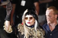 """<p>La cantante Lady Gaga saluda al público tras aparecer en el programa """"Le Grand Journal"""" durante el Festival de Cine de Cannes, mayo 11 2011. La estrella pop Lady Gaga se presentó el miércoles de improviso en el Festival de Cine de Cannes, provocando gritos de emoción de sus admiradores antes de un concierto en una playa. REUTERS/Yves Herman</p>"""