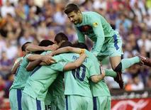 Jogadores do Barcelona comemoram gol marcado por Keita no empate por 1 x 1 com o Levante, que garantiu à equipe a conquista do título espanhol, em Valencia. 11/05/2011 REUTERS/Albert Gea