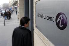 <p>Alcatel-Lucent n'entrevoit pas de ralentissement sur le marché américain des télécoms, qui représente 40% de ses ventes et a tiré à la hausse ses résultats du premier trimestre. La pénurie de capacités sur les réseaux mobiles explique notamment l'importance des investissements réalisés par les opérateurs, juge le groupe. /Photo d'archives/REUTERS/Charles Platiau</p>