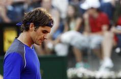 O suíço Roger Federer durante partida contra o francês Richard Gasquet no Masters de Roma. 12/05/2011 REUTERS/Max Rossi