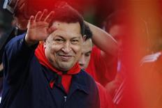 O presidente da Venezuela, Hugo Chávez, acena a partidários durante cerimônia em Caracas. 13/04/2011 REUTERS/Jorge Silva