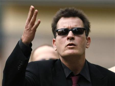 Actor Charlie Sheen gestures towards fans as he arrives for a sentencing hearing at the Pitkin County Courthouse in Aspen, Colorado August 2, 2010. REUTERS/Rick Wilking