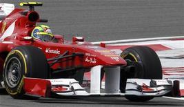 Felipe Massa, da Ferrari, durante o treino para o Grande Prêmio de F1 da Turquia, em Istambul.  Massa vai continuar na Ferrari no ano que vem, garantiu o presidente da equipe de Formula 1, Luca di Montezemolo, nesta sexta-feira.  Foto de Arquivo 06/05/2011 REUTERS/Umit Bektas