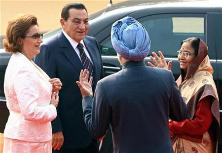 India's Prime Minister Manmohan Singh (C) speaks with Egyptian President Hosni Mubarak (2nd L) as India's President Pratibha Patil (R) and Mubarak's wife Suzanne watch during a ceremonial reception at the presidential palace in New Delhi November 18, 2008. REUTERS/B Mathur