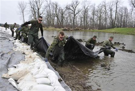 Members of the Princess Patricia's Canadian Light Infantry (PPCLI) work at shoring up a dike along the Assiniboine River near Poplar Point, Manitoba, May 13, 2011. REUTERS/Fred Greenslade