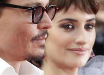 Atores de Piratas do Caribe Johnny Depp e Penelope Cruz no tapete vermelho do Festival de Cannes. 14/05/2011 REUTERS/Christian Hartmann