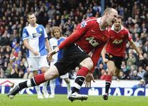 Atacante do Manchester United Wayne Rooney comemora gol de pênalti marcado no empate por 1 x 1 com o Blackburn Rovers, que deu o título inglês da temporada ao time REUTERS/Nigel Roddis