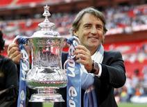 Técnico do Manchester City, Roberto Mancini, segura o título da Copa da Inglaterra após a vitória sobre o Stoke em Wembley. REUTERS/Eddie Keogh