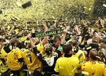 Torcida do Borussia Dortmund comemora a conquista do título alemão em festa nas ruas da cidade. 15/05/2011  REUTERS/Ina Fassbender