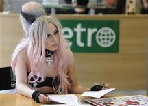 A estrela pop Lady Gaga dispensou a música e assumiu por um dia o papel de editora convidada na redação londrina do jornal gratuito internacional Metro. 16/05/2011 REUTERS/Paul Hackett