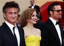 """Sean Penn (esq), Jessica Chastain e Brad Pitt na exibição do filme  """"A Árvore da Vida"""" do diretor Terrence Malick, no Festival de Cannes. 16/04/2011  REUTERS/Eric Gaillard"""