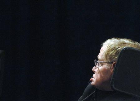 5月16日、「車椅子の物理学者」として知られる英国の物理学者スティーブン・ホーキング博士が、英紙ガーディアンのインタビューで、「天国も死後の世界もない」と語った。カナダで昨年6月撮影(2011年 ロイター/Sheryl Nadler)