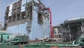 <p>Un vehículo de bombeo de concreto rocía agua al interior del reactor número 4 de la planta nuclear Fukushima Daiichi en Japón, mayo 6 2011. Japón desveló el martes nuevos planes para contener la crisis en la central nuclear de Fukushima, dañada por el sismo y tsunami del 11 de marzo, tras admitir que afronta desafíos mayores de los previstos, pero mantuvo el objetivo de controlar los reactores en enero próximo. REUTERS/Tokyo Electric Power Co/Handout Imagen para uso no comercial, ni ventas, ni archivos. Solo para uso editorial. No para su venta en marketing o campañas publicitarias. Esta imagen fue entregada por un tercero y es distribuida, exactamente como fue recibida por Reuters, como un servicio para clientes.</p>