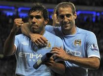 Carlos Tevez (esquerda), do Manchester City, comemora gol com Pablo Zabaleta contra o Stoke City. 17/05/2011 REUTERS/Nigel Roddis
