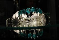 <p>Тиара с изумрудами в аукционном доме Sotheby's в Лондоне 4 мая 2011 года. Роскошная тиара с изумрудами, которая, как считается, принадлежала жене Наполеона III Евгении, ушла с молотка за 11,28 миллиона швейцарских франков ($12,76 миллиона) анонимному покупателю на аукционе Sotheby's во вторник. REUTERS/Stefan Wermuth</p>