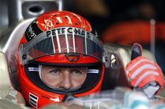 """Michael Schumacher durante treino livre para o GP da Turquia no começo de maio. A Mercedes espera devolver o sorriso ao rosto de Schumacher no GP da Espanha deste fim de semana, depois que o heptacampeão mundial de Fórmula 1 reclamou duas semanas atrás que tinha perdido a """"grande alegria"""" de correr. 06/05/2011  REUTERS/Murad Sezer"""