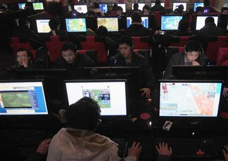 Customers use computers at an internet cafe in Hefei, Anhui province, January 25, 2010. REUTERS/Stringer