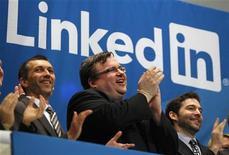O fundador do LinkedIn, Reid Garrett Hoffman (ao centro) aplaude ao lado do CEO Jeffrey Weiner (à direita) após a estreia da empresa na bolsa de valores de Nova York. 19/05/2011 REUTERS/Mike Segar